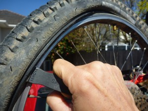 Using a tyre lever. Changing a tyre. goRide